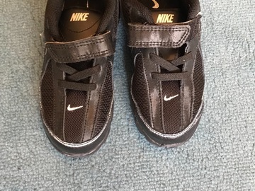 Selling: Girls Nike baskets